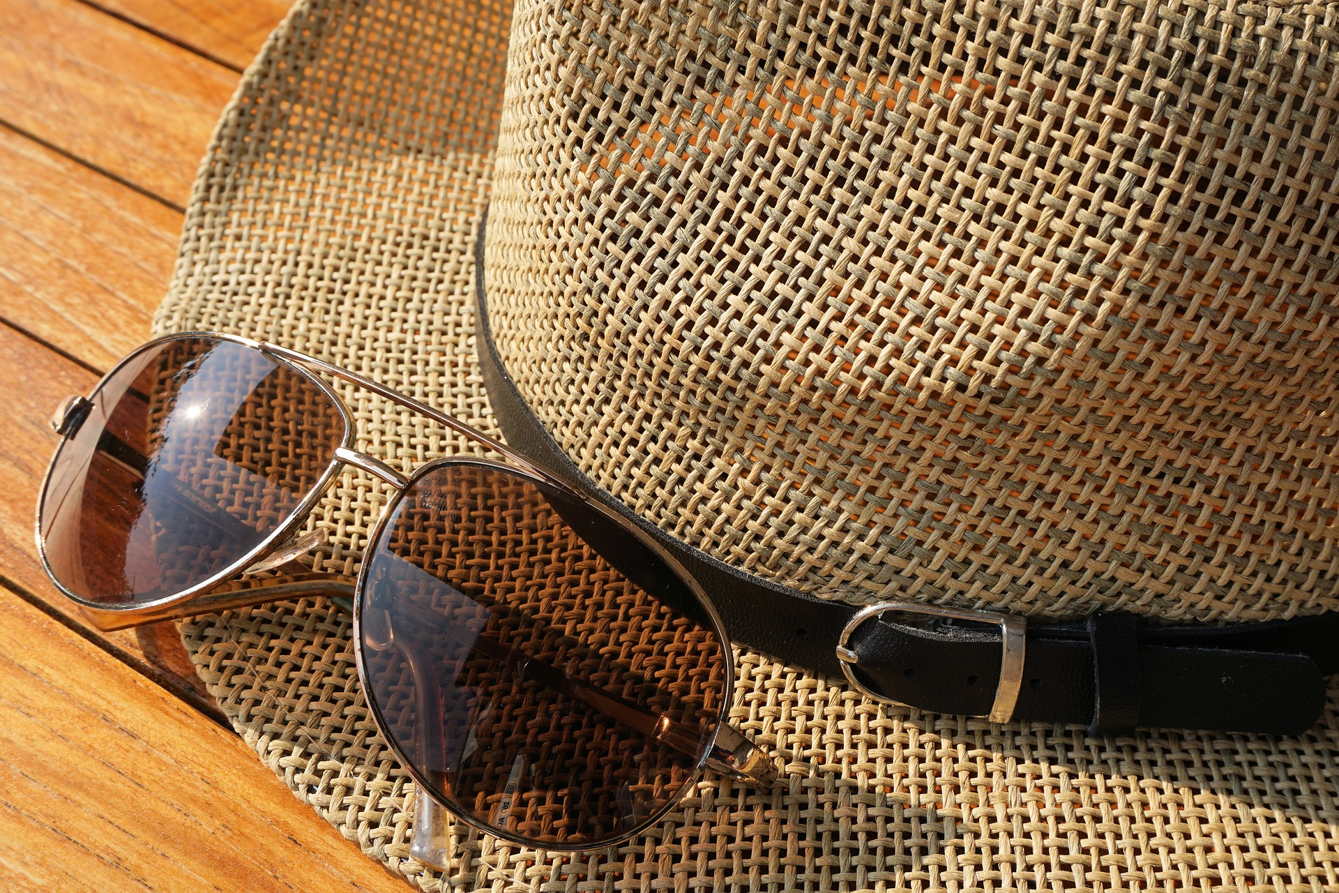 sunglasses-1534893_1920